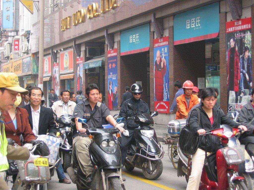 Китайцы едут на работу на мотоциклах