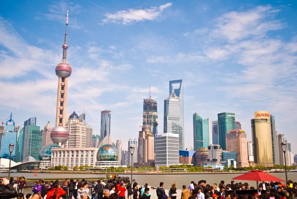 Телебашня Восточная жемчужина, правее — Шанхайский всемирный финансовый центр («открывашка»)