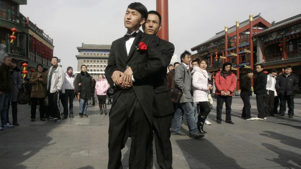 китайские геи обнимаются на площади города