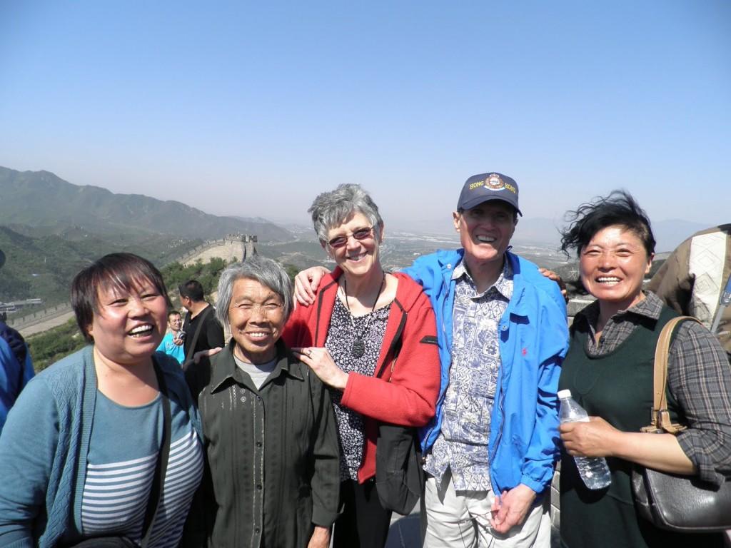 Группа китайцев путешествуют вместе и не жалуются