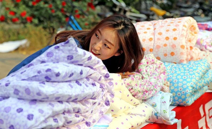 И Хеа Ли продала Лун И все свои студенческие пожитки. Источник: en.people.cn