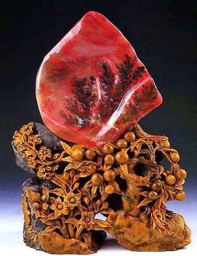 Покупать изделия из этого камня лучше всего в Пекине. Сюда съезжаются нефритовые маньяки со всего мира. Например, на Пекинском антикварном рынке под одной крышей собраны более 250 продавцов благородного камня. Здесь вы можете не только купить дешевый сувенир, но также разыскать что-то действительно для себя стоящее.