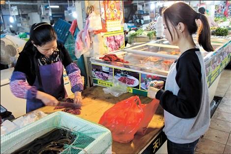 Йе Мон Киав покупает продукты на рынке. Источник: blog.cucas.edu.cn