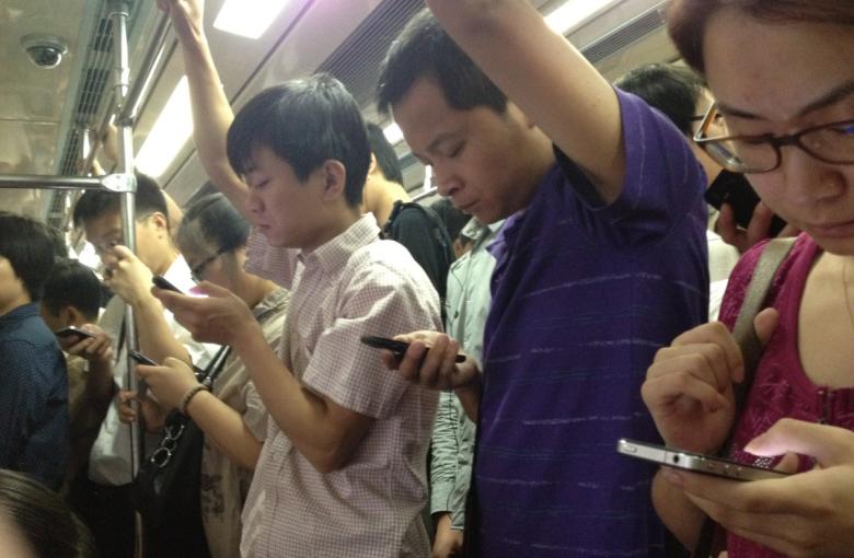 Китайцы играют в мобильниках везде, но особенно заметно это в транспорте. Источник: venturebeat.com