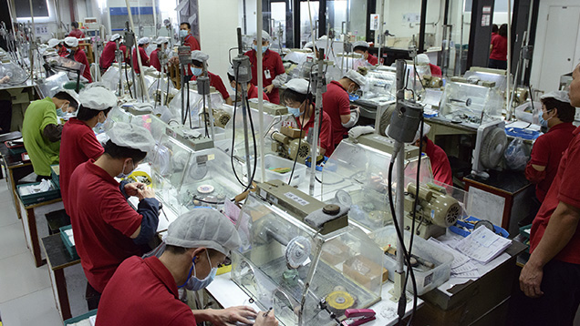 Китай – самый крупный производитель ювелирных изделий в мире. По части продукции из нефрита он также, разумеется, оставил всех далеко позади. В индустрии драгоценных камней задействованы более 3 миллионов китайцев. По большей части они работают на государственных предприятиях, которые зачастую штампуют однотипные изделия с топорным дизайном. Но найти прекрасные работы частных мастеров также возможно, если запастись терпением и временем.