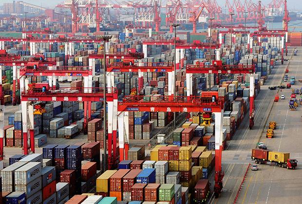 Грузовые контейнеры в китайском порту Циндао