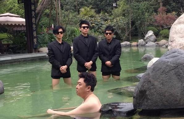 Охрана всегда готова помочь боссу. Даже в самых сложных ситуациях. Источник: weibo.com