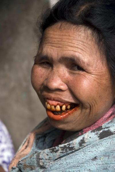 женщина жует бетель