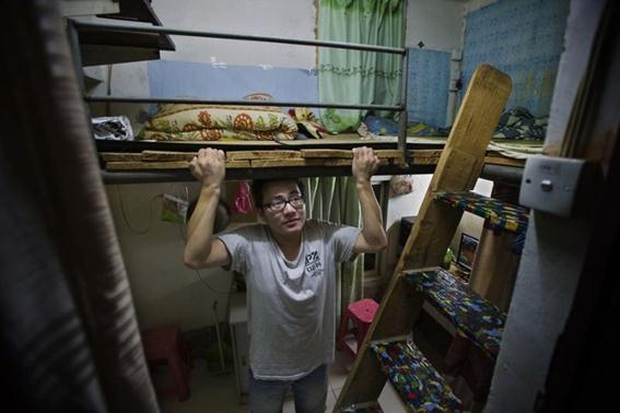 Кровать с лестницей в маленькой китайской квартире