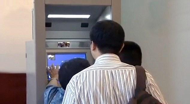 Машина сможет переводить юани на 256 валют мира. Источник: www.dailymail.co.uk