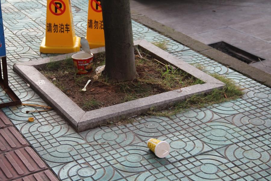 Мусор кидают на бордюр специально, чтобы мусорщики убирали - ldob.livejournal.com