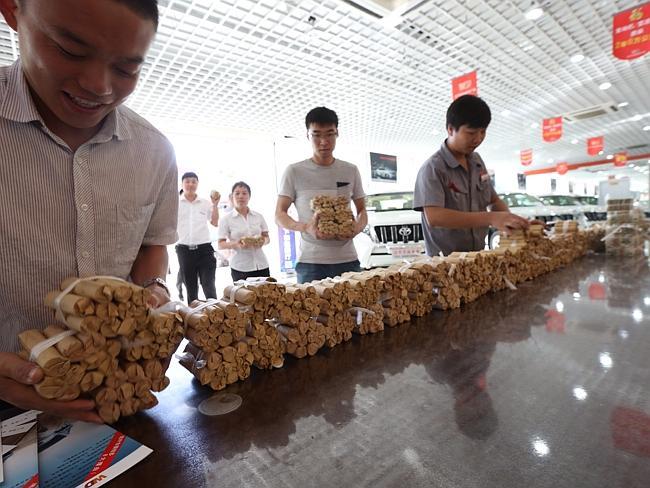 Носили и считали эти деньги много часов. Источник: news.com.au