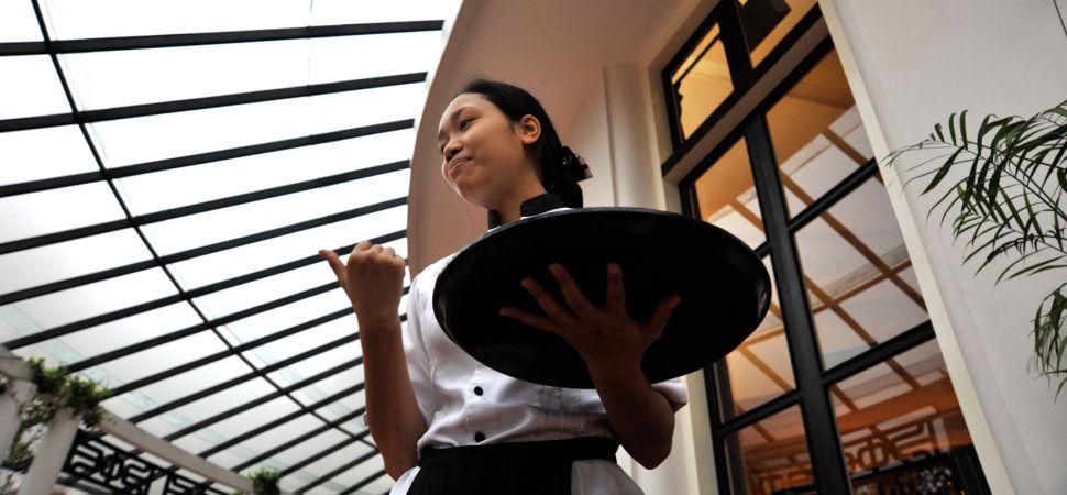 Официантка в ресторане в Китае