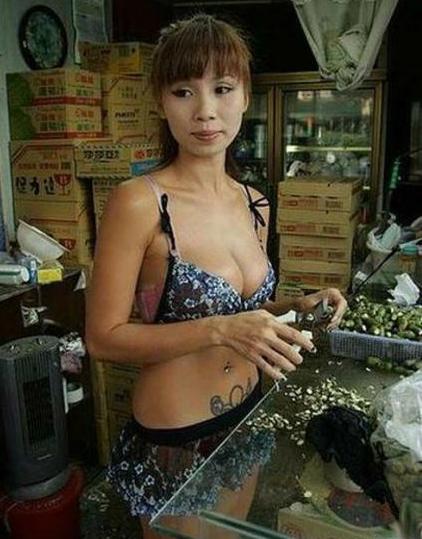 продавщица бетеля с орешками на работе
