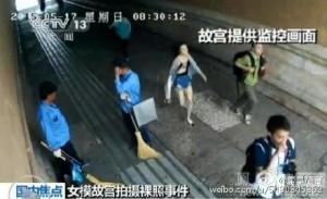 Снимок с камеры наблюдения. Фотограф и модели пришли в обычный день. Источник: en.people.cn