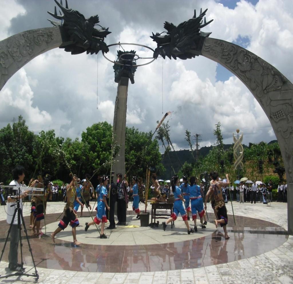 Традиционная церемония народа Хани в день летнего солнцестояния. Источник: www.mekong.cn