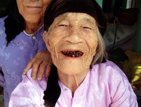 старушка жует бетель