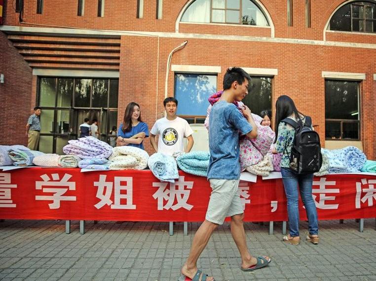 Сяо Лэй купил одеяло, которое ранее принадлежало выпускнику-корейцу. Источник: en.people.cn