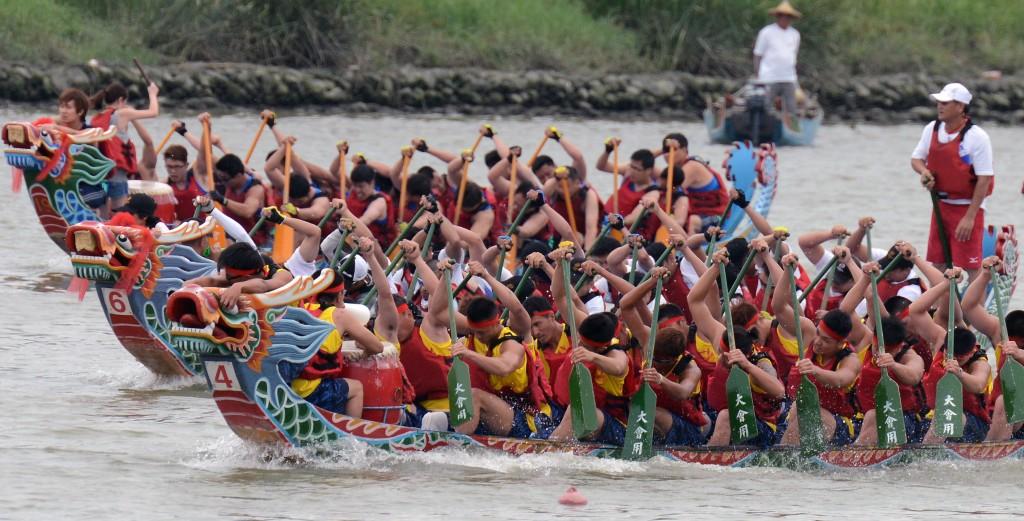 Соревнования на драконьих лодках. Источник: www.scmp.com