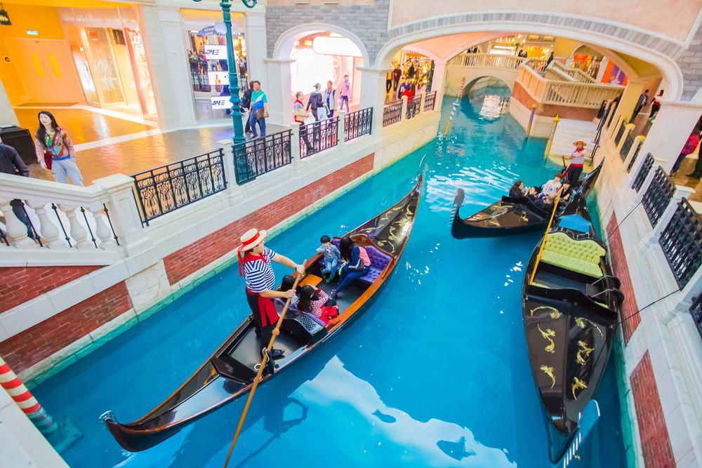 В Макао есть настоящие венецианские каналы, по которым можно прокатиться на гондоле! Источник: shutterstock.com