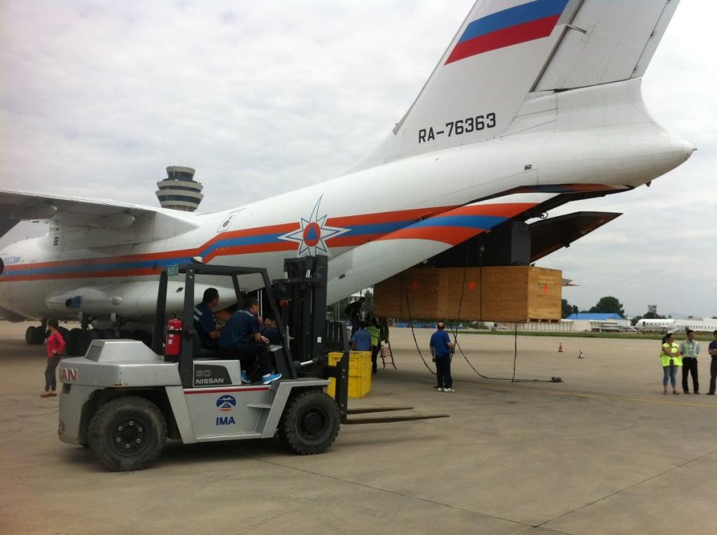 Вилочный погрузчик под бортом Ил-76