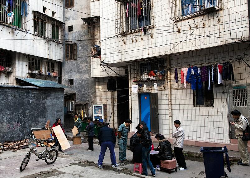Китайцы собираются во дворе своего дома