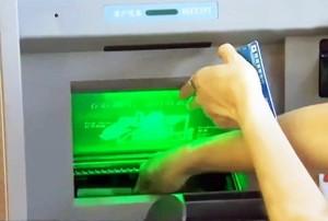 Забирать деньги сможет только владелец счета, но не родственники или друзья. Источник: www.dailymail.co.uk