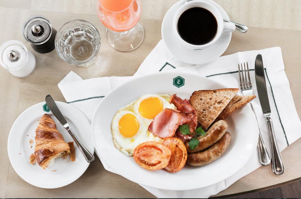 Вкусная еда в красивых интерьерах - что еще нужно для правильного начала дня. Источник: thecontinentalhongkong.com