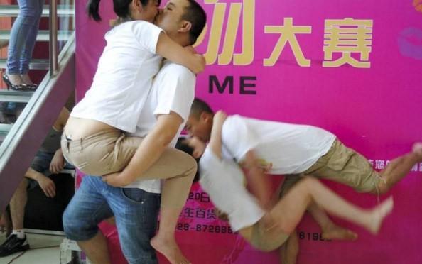Целовались до упаду. Источник: chinasmack.com