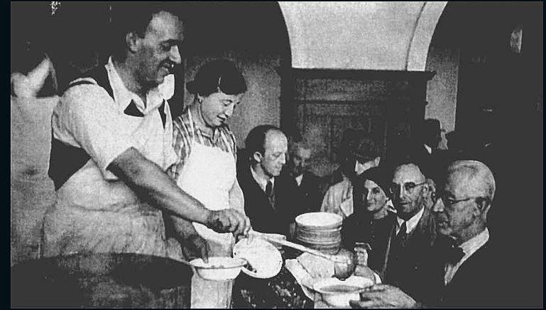 Беженцев, которые только прибыли в Шанхай, угощают обедом. Источник: edition.cnn.com