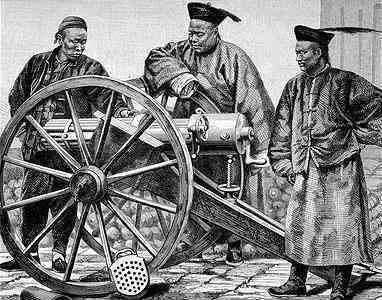 Китайские офицеры империи Цин с французской пушкой. Источник: en.academic.ru