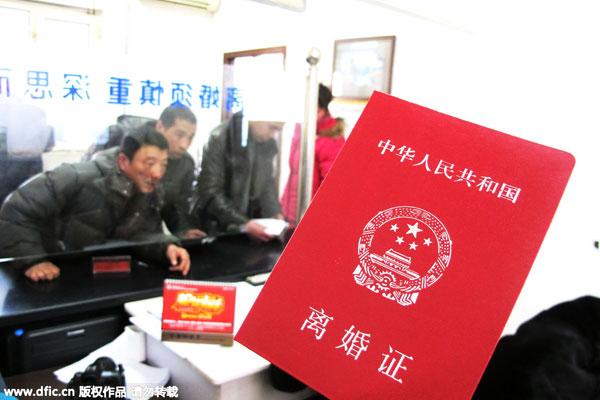 Китайские пары стоят в очереди, чтобы подать заявление на развод в отделении регистрации брака в городе Харбин. Источник: chinadaily.com.cn