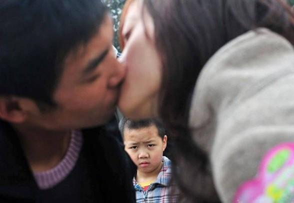 Конкурсы поцелуев пользуются небывалой популярностью.  Источник: chinasmack.com