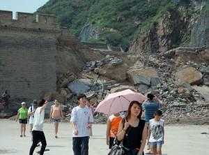 Местные жители и туристы на фоне разрушений. Источник: dailymail.co.uk
