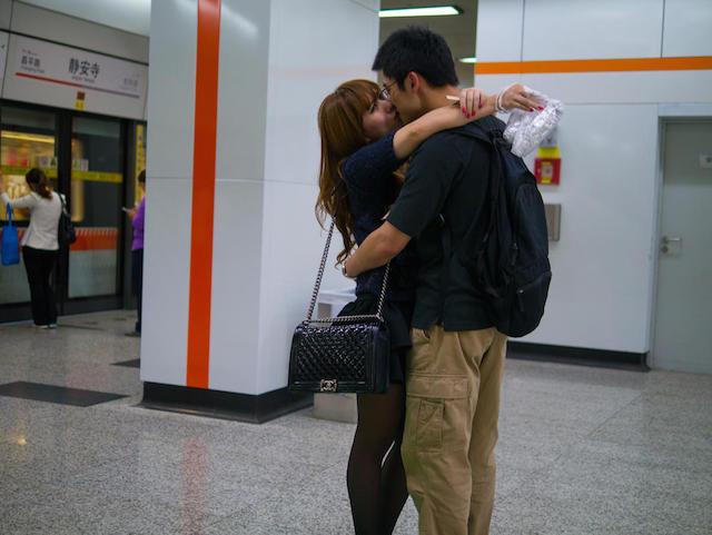 По требованию целующихся фотограф готов удалять снимки. Источник: shanghaiist.com