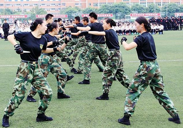 стюардесс обучают рукопашному бою