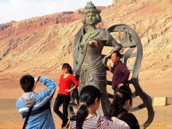 """Трут, почему-то, в самых """"срамных"""" местах. Источник: chinasmack.com"""