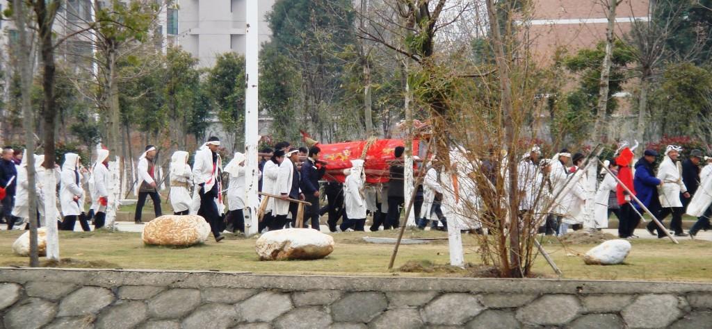 У похорон по-китайски - целый ряд традиций. Источник: walkthiscity.wordpress.com