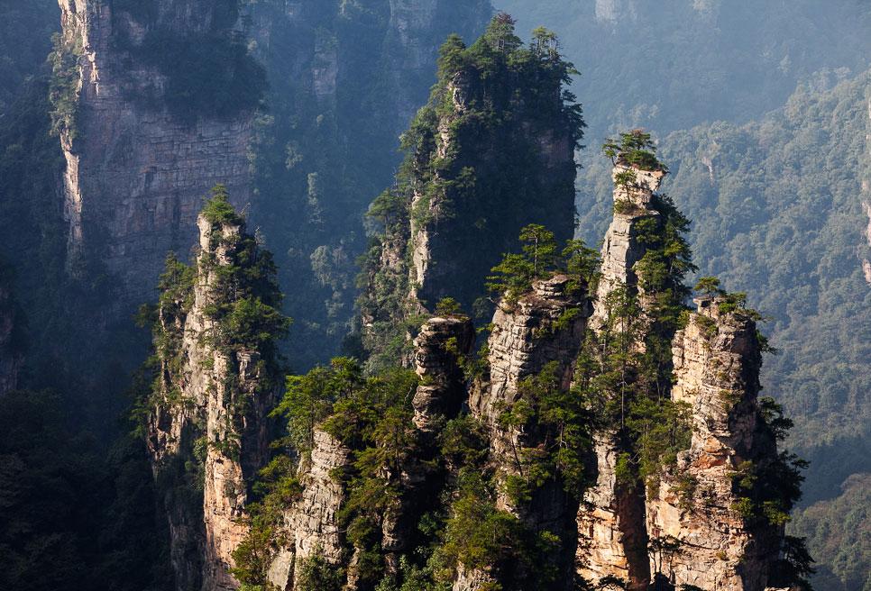 «Висячие горы» Улинъюань в китайской провинции Хунань. Здесь Кэмерон снимал пейзажи «Аватара»