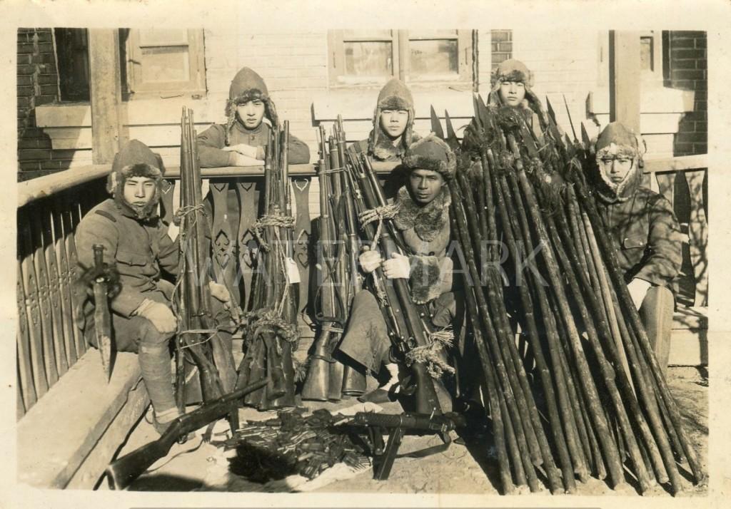 Японские солдаты с захваченными китайскими копьями. Источник: chinesemartialstudies.com
