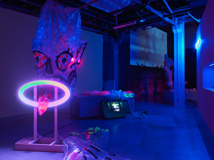 С освещённых улиц Парижа зрители попадают в ночную атмосферу выставки Тяньчжо Чэня. Источник: sleek-mag.com