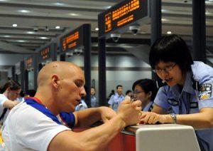 Иностранцу в Пекинском аэропорту бояться нечего. Источник: news.xinhuanet.com