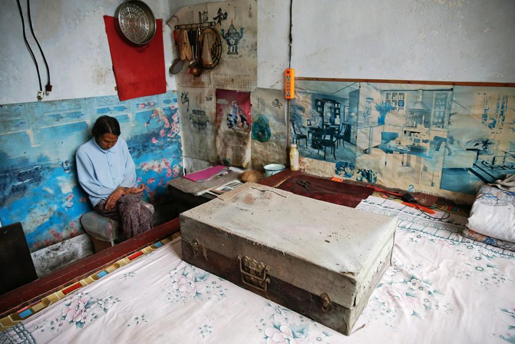 Рен Лейн сидит у  чемодана, в котором она хранит одежду, в которой хочет быть похороненной. Источник: ibtimes.co.uk