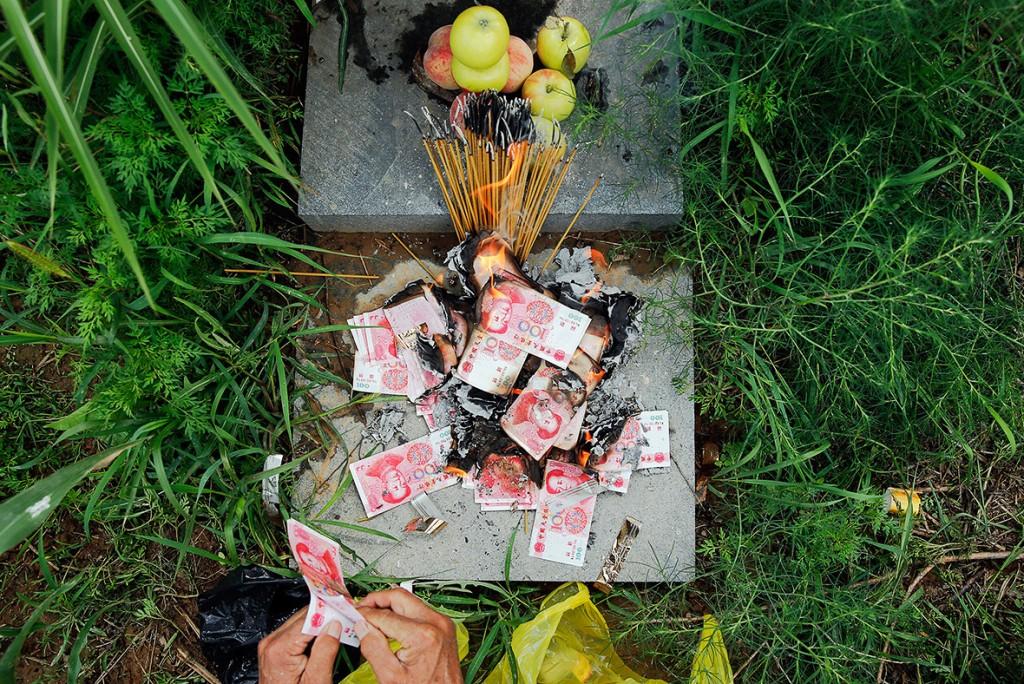 На могиле у соседки. Источник: ibtimes.co.uk