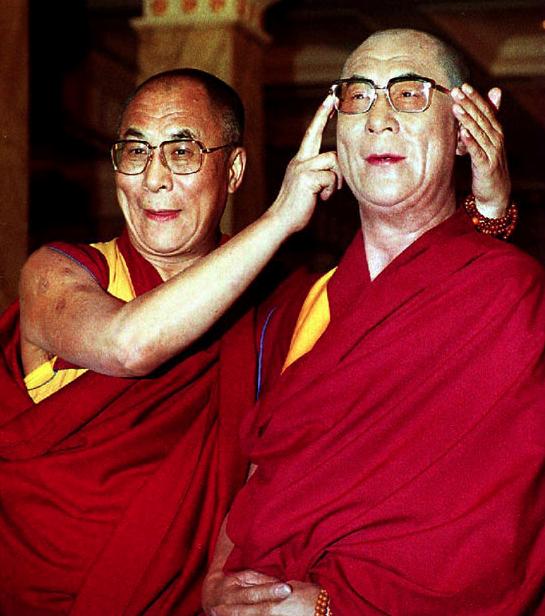 Далай-лама и его двойник из музея мадам Тюссо. Источник: www.learntoquestion.com