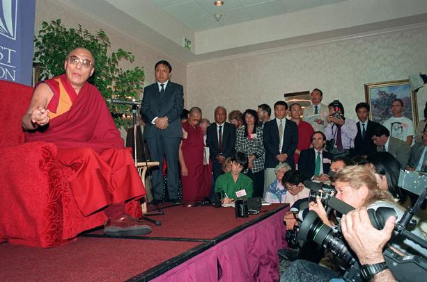 После получения Нобелевской премии мира 1989 года. Источник: www.learntoquestion.com