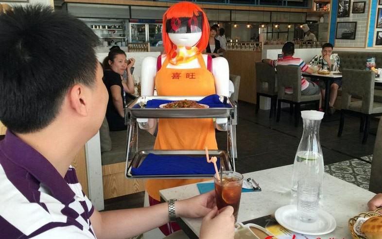 Роботы-официантки. Источник: en.people.cn