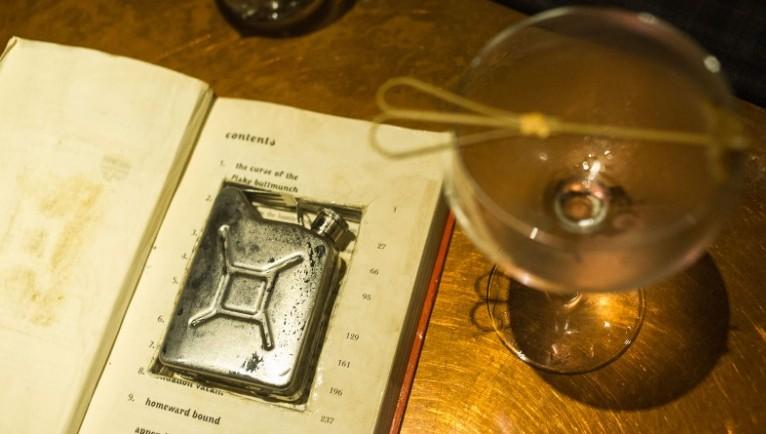 """""""Робин Гуд Рой"""" - фирменный коктейль во «Фляге» подается во фляге в виде бензобака, спрятанной внутри книги. Источник: cnn.com"""