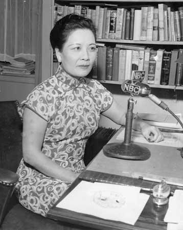Сун Мэйлин ведет радиопрограмму. Источник: Википедия