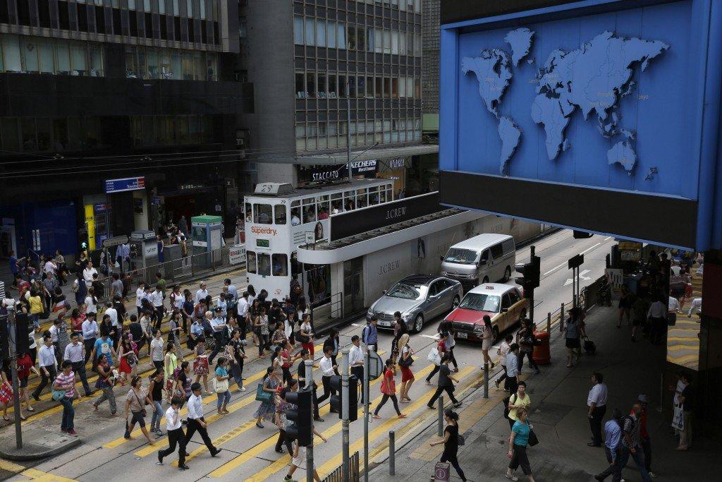 Пешеходы переходят главную улицу бизнес-района Гонконга. Источник www.businessinsider.com